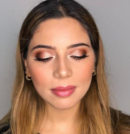 مكياج عيون ذهبي مع مكياج سموكي خفيف- الصورة من صفحة Golden eye make up على إنستقرام