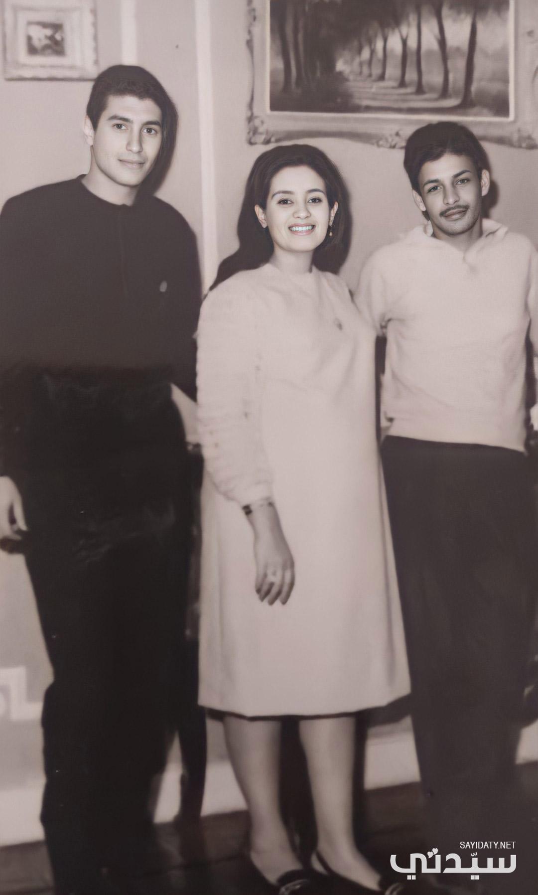 عمر خورشيد وشقيقته الكبرى جيهان خورشيد وأحد أفراد العائلة- الصورة من أرشيف جيهان خورشيد