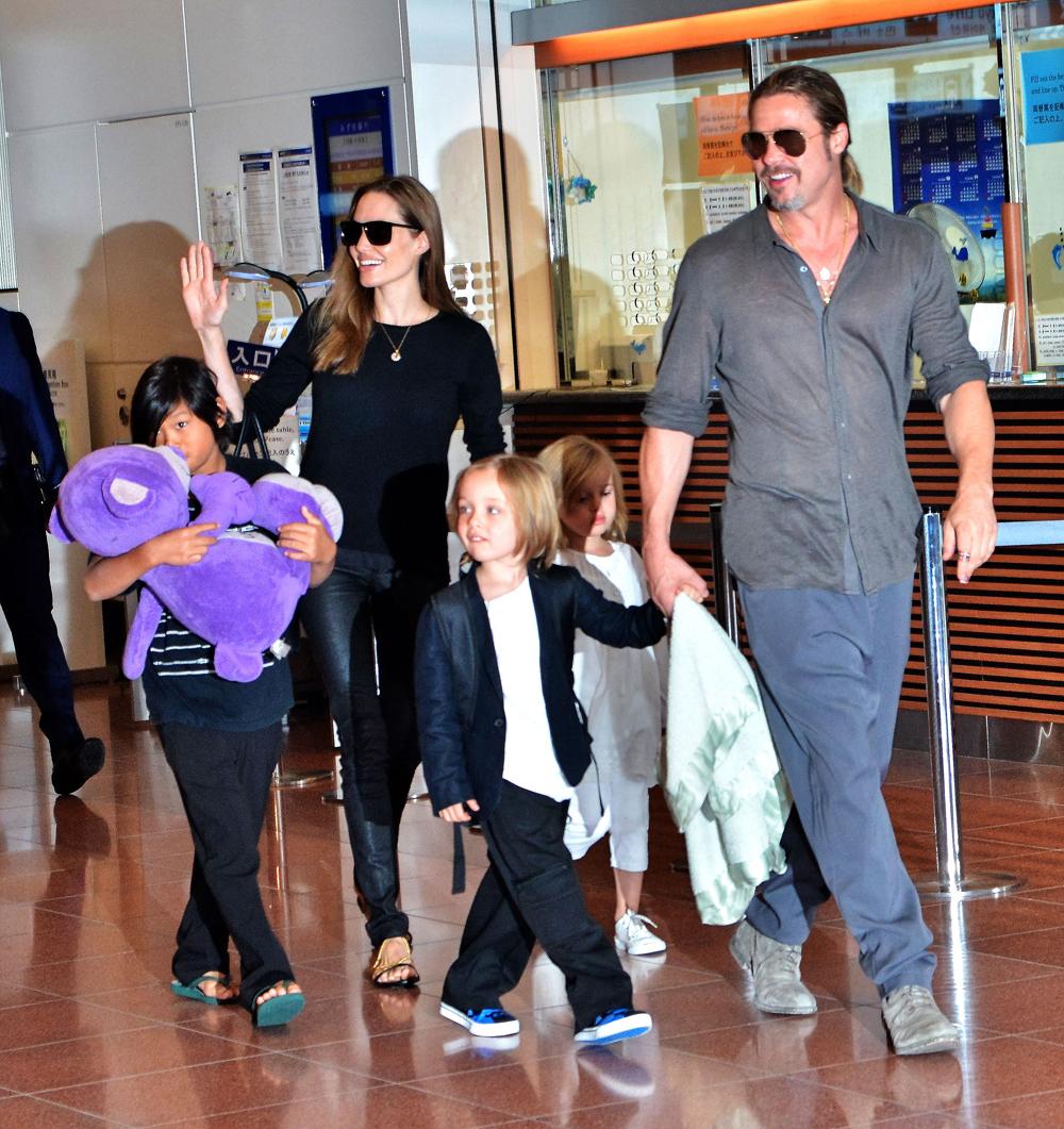 أنجلينا جولي وبراد بيت مع أطفالهما- الصورة من موقع Hollywood News-