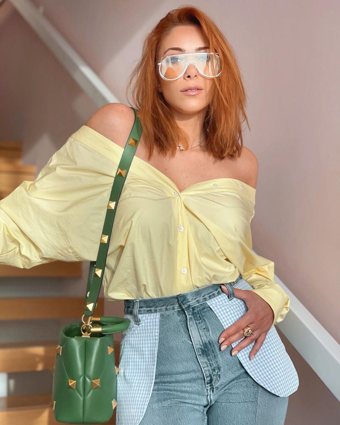 صورة ٢ دانيلا رحمة بحقيبة باللون الأخضر