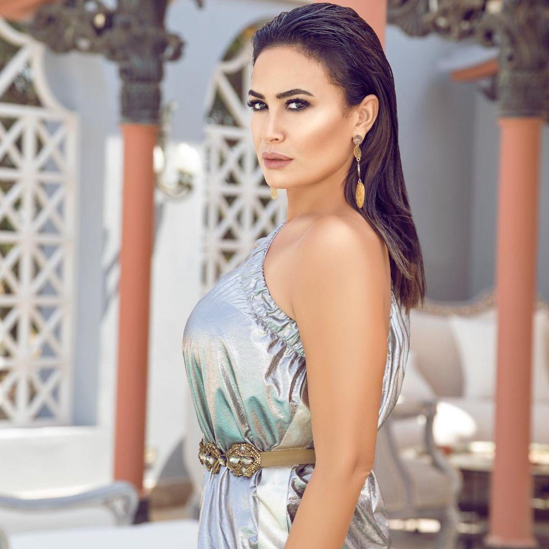 صورة ٤ هند صبري بفستان باللون الفضي الصورة من حسابها على انستغرام