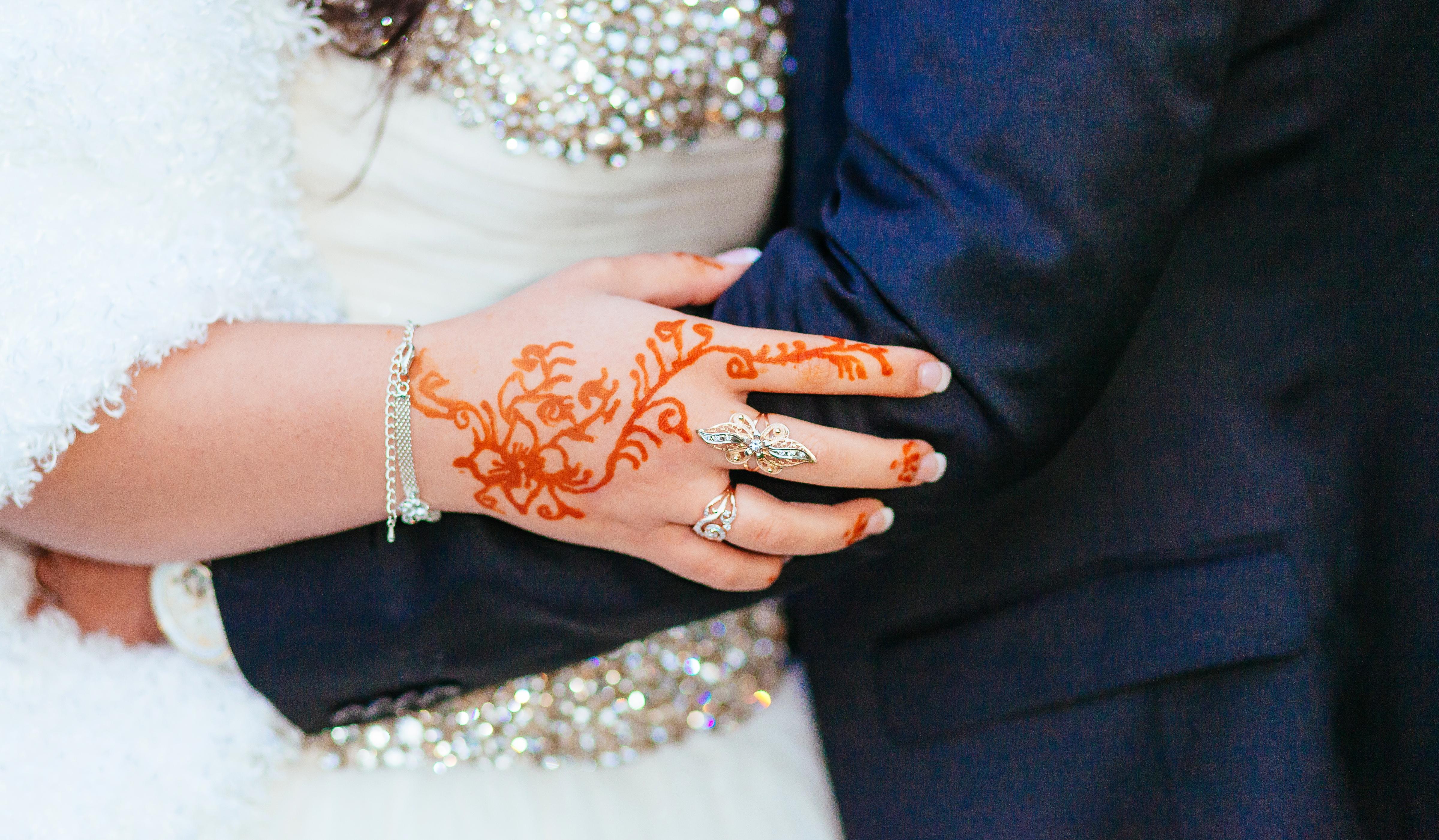 طقس وضع الحناء للعروس بمثابة حفل لتوديع العزوبية -  المصدر موقع Envato
