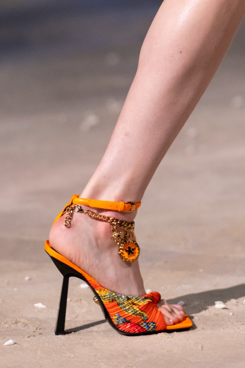 Versaceصورة ١ صندل باللون البرتقالي من علامة