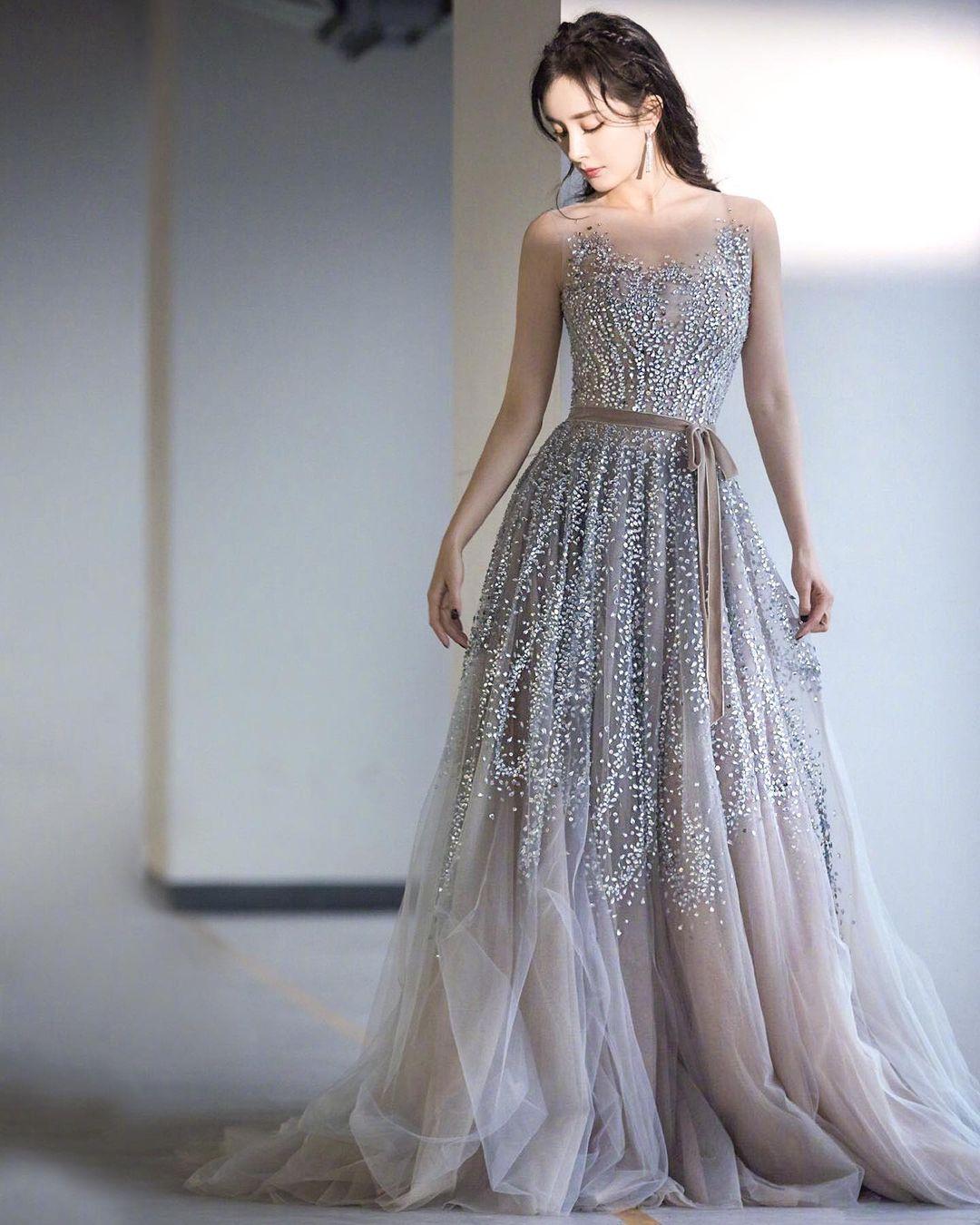 يمكنك اعتماد هذا الفستان من توقيع ريم عكرا لإطلالة كالأميرات-الصورة من انستغرام Reem Acra