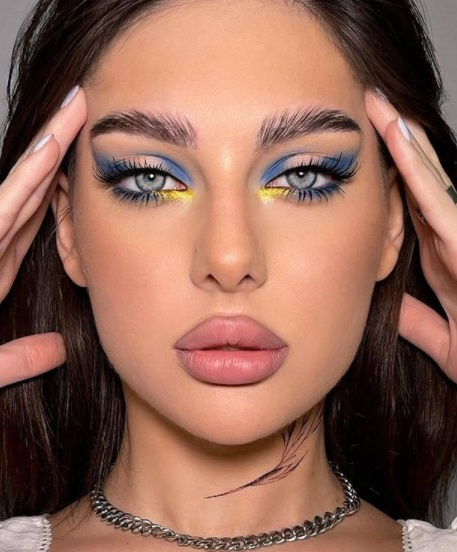 ظلال عيون نيون مع مكياج نيود داكن -صورة 4 - الصورة من صفحة make up ilium على إنستقرام