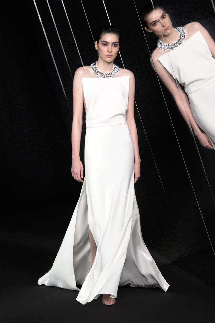قلادة بيضاء بقصاصات ورقية لامعة من شانيل Chanel