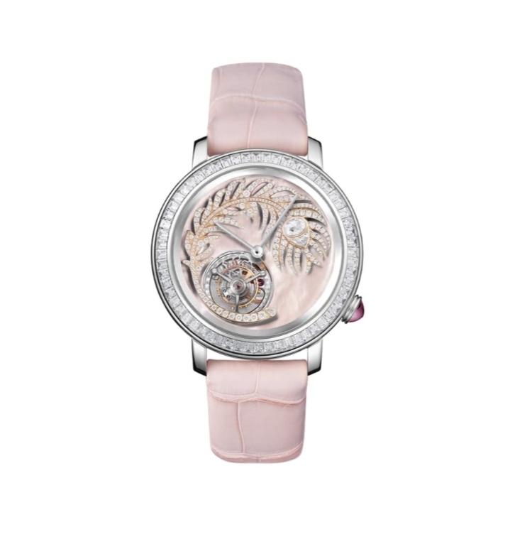 ساعة يد ناعمة باللون الوردي من علامة بوشرون Boucheron