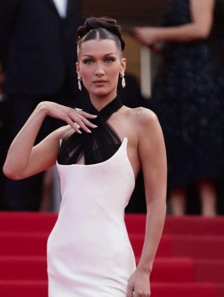 بيلا حديد بمجوهرات من الألماس الأبيضفي حفل افتتاح مهرجان كان السينمائي 2021
