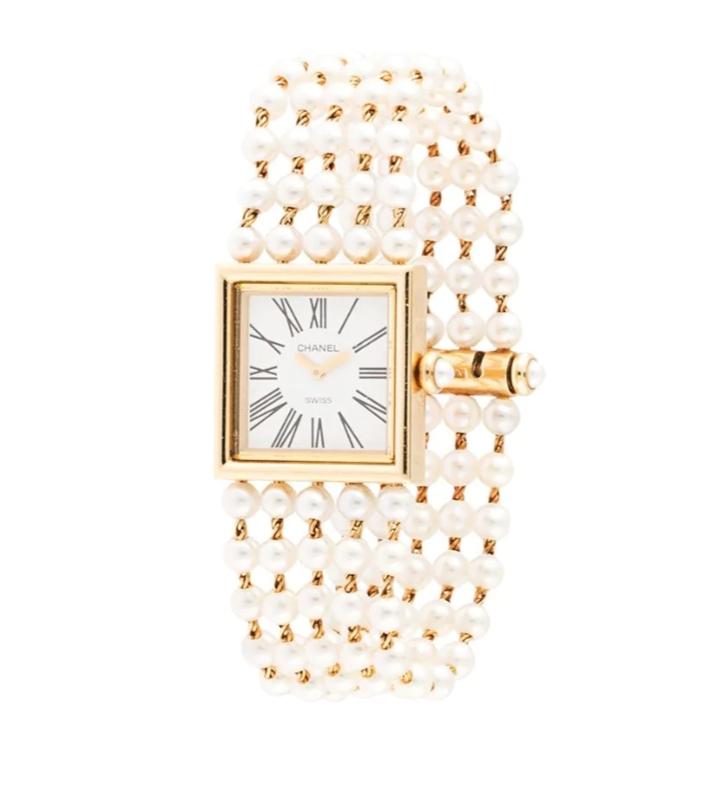 ساعة يد ذهب مرصّعة بعرق اللؤلؤ تليق بالعروس من دار شانيل Chanel