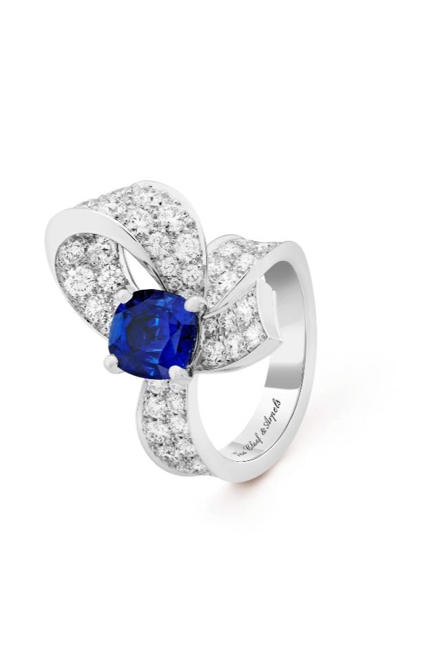 خاتم راقٍ من الذهب الأبيض والألماس الأزرق من دار فان كليف أند آربلز Van Cleef & Arpels