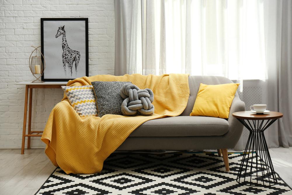 الرمادي والأصفر في غرف الجلوس