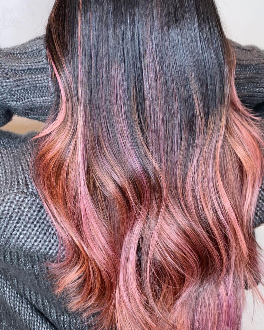 الشعر الأسود مع الهايلايت الأحمر