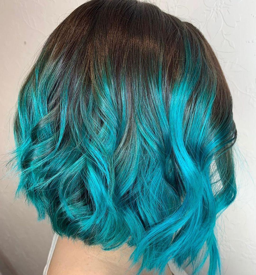 الشعر الأسود مع الهايلايت الأزرق