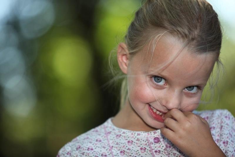 علامات الخجل الشديد عند الأطفال