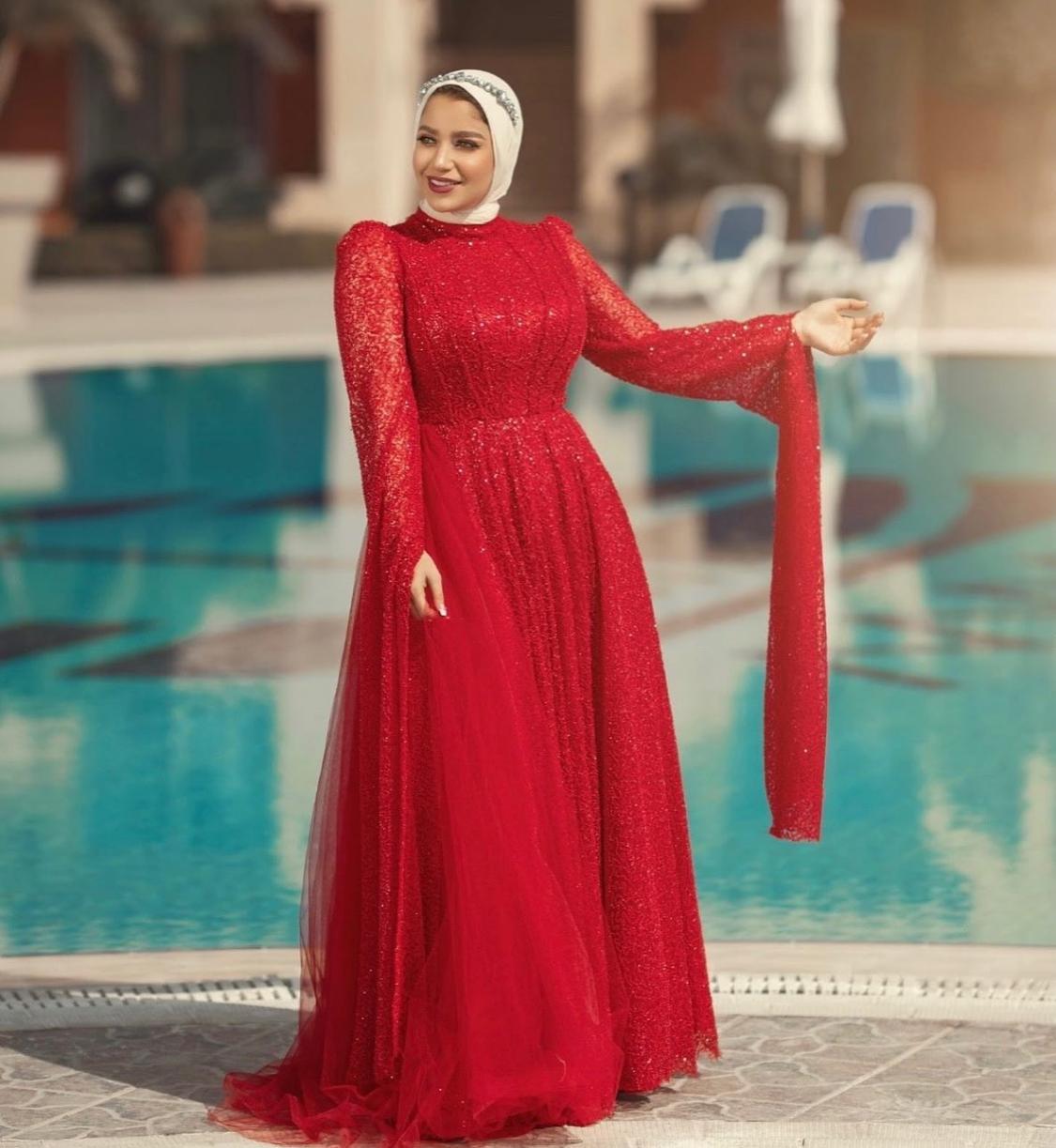 1 مريم سيف بفستان بجليتر احمر -الصورة من حسابها على الانستغرام