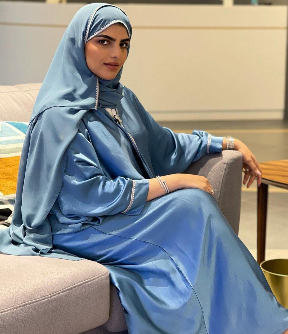 2 سارة الودعاني بعباية زرقاء مطرزة -الصورة من حسابها على الانستغرام