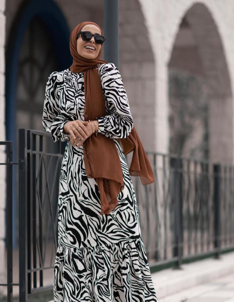 سمر شاكر بفساتين حيادية الألوان