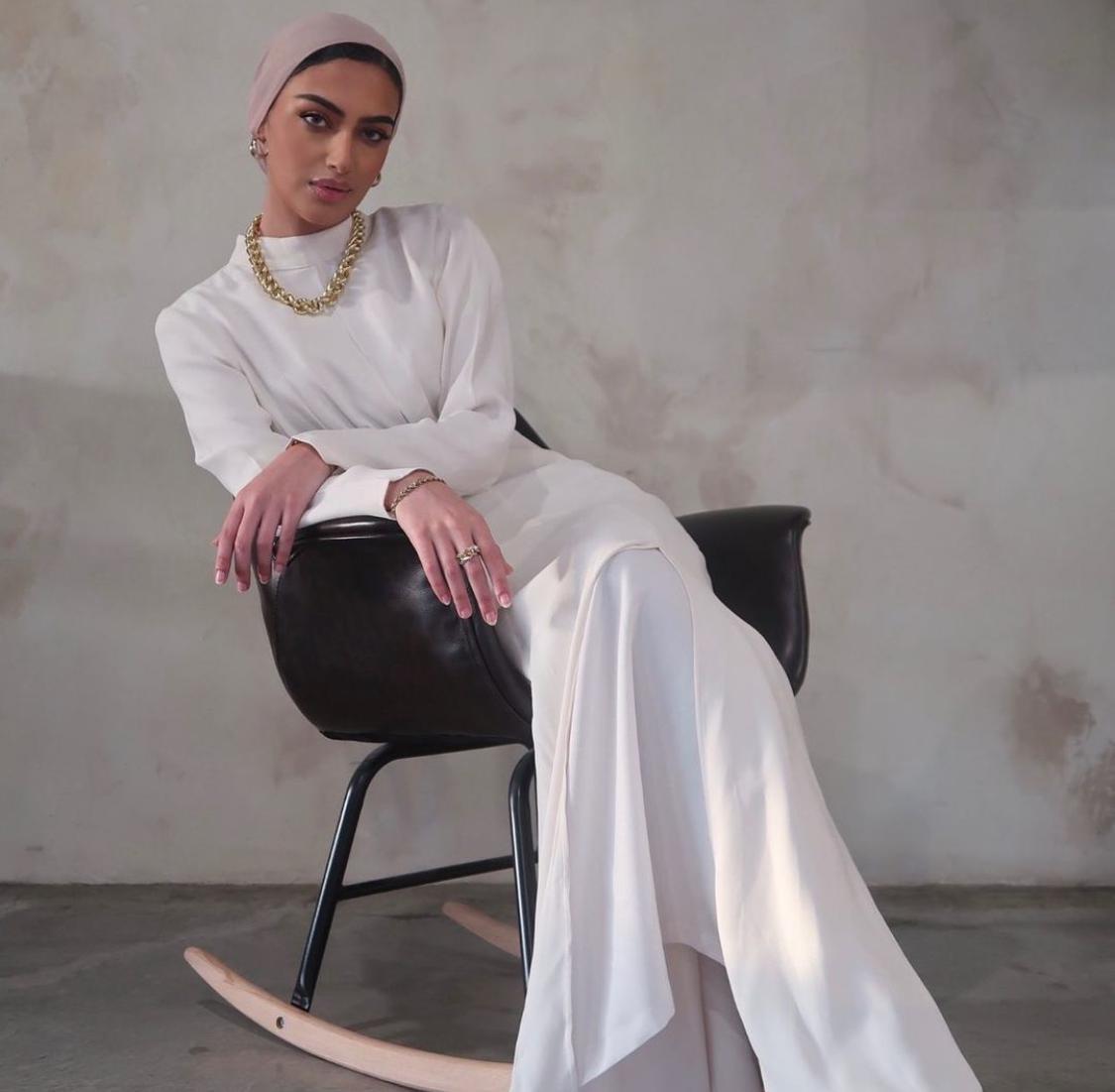يارا النملة بفستان أبيض كلاسيكي