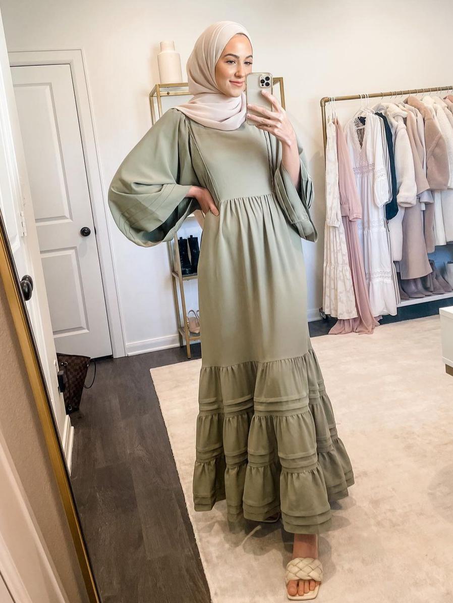لينا صنوبر بفساتين بأكمام منفوخة