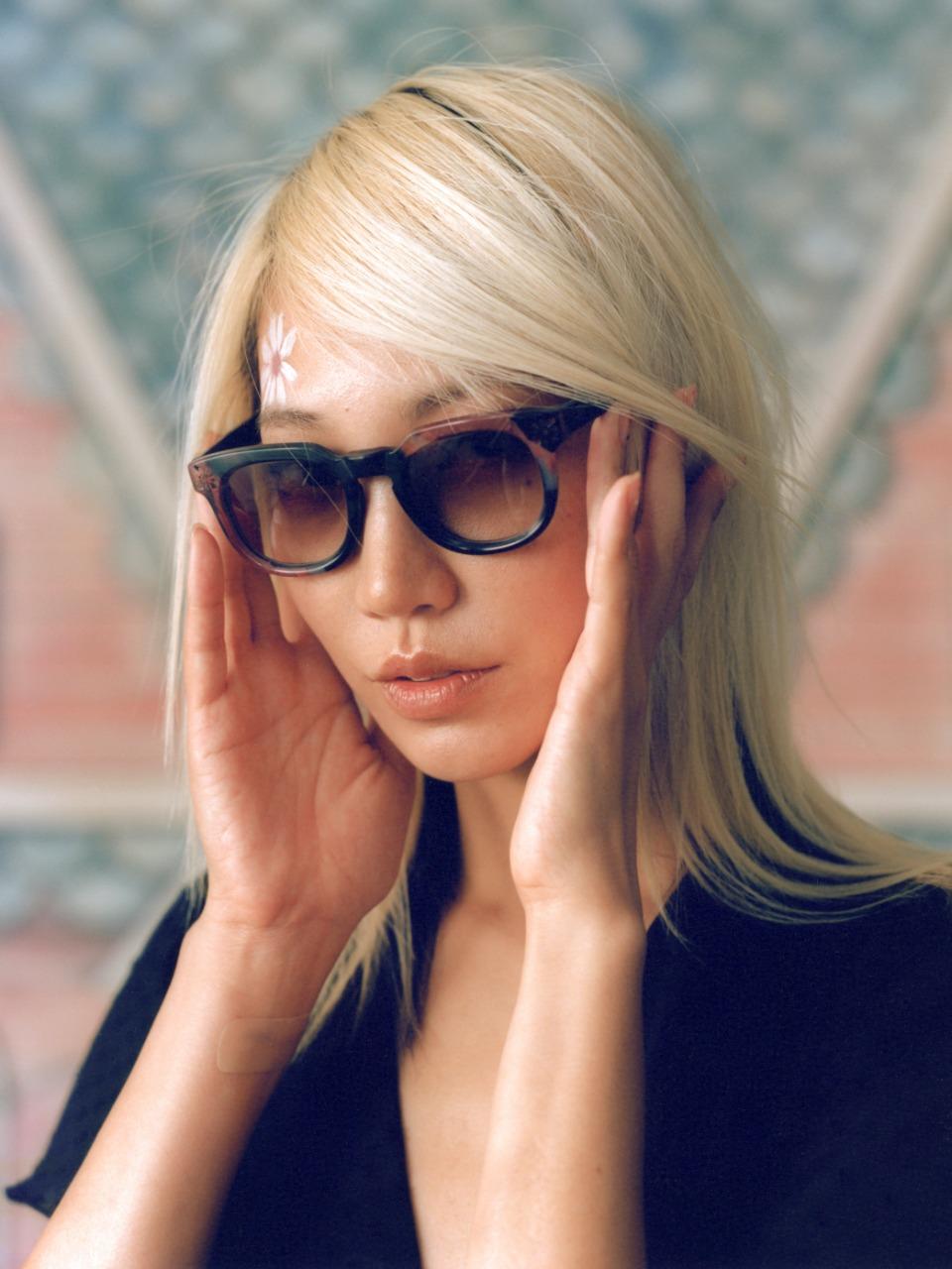 ٣- نظارة شمس للوجه ذو شكل القلب من «Anna Sui»
