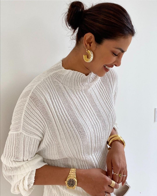 بريانكا شوبرا تُكمل مظهرها بإكسسوارات ذهبية- الصورة من حساب بريانكا شوبرا على إنستقرام