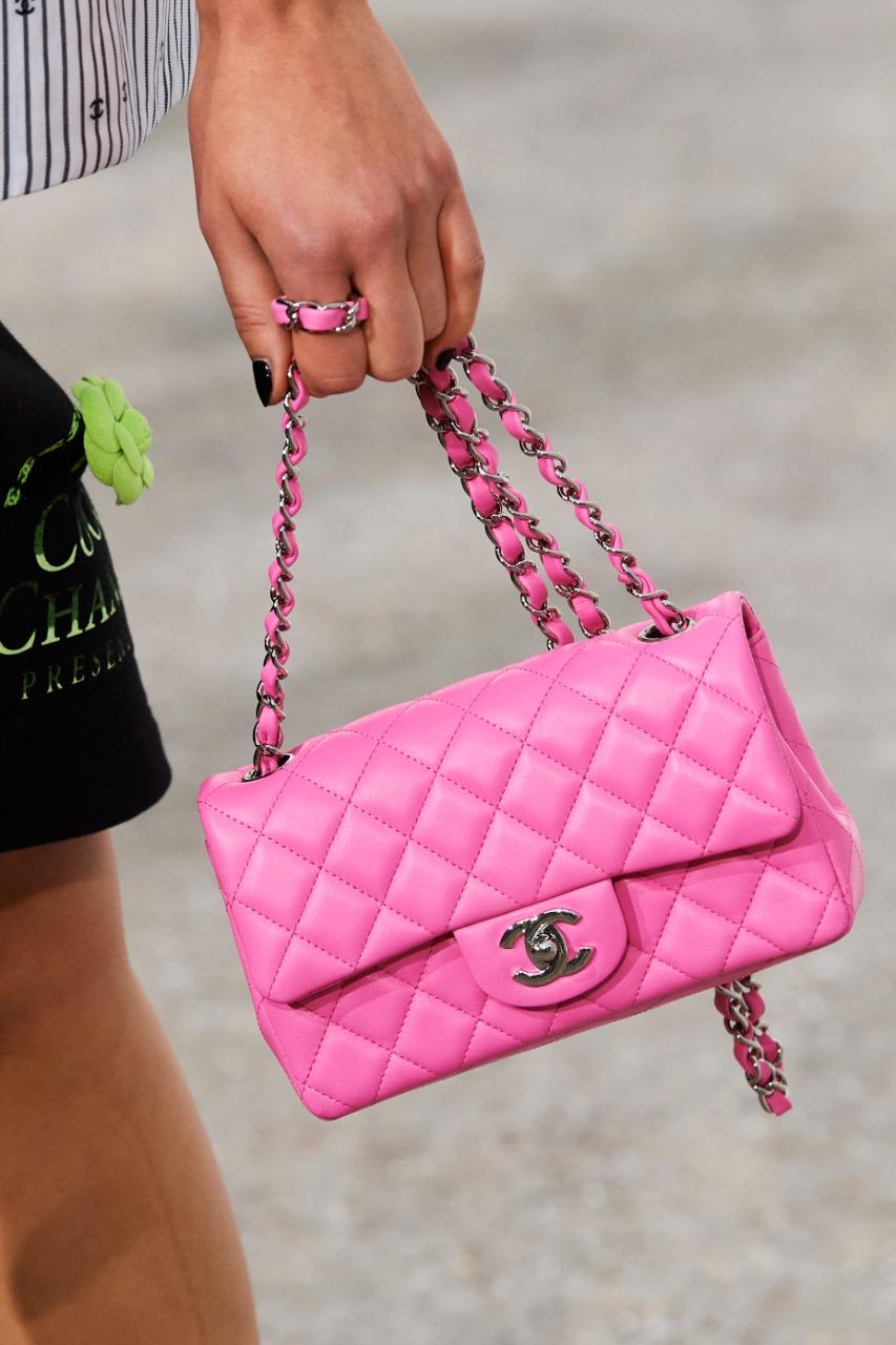 """حقيبة يد كبيرة باللون الزهري من علامة شانيل """"Chanel"""""""