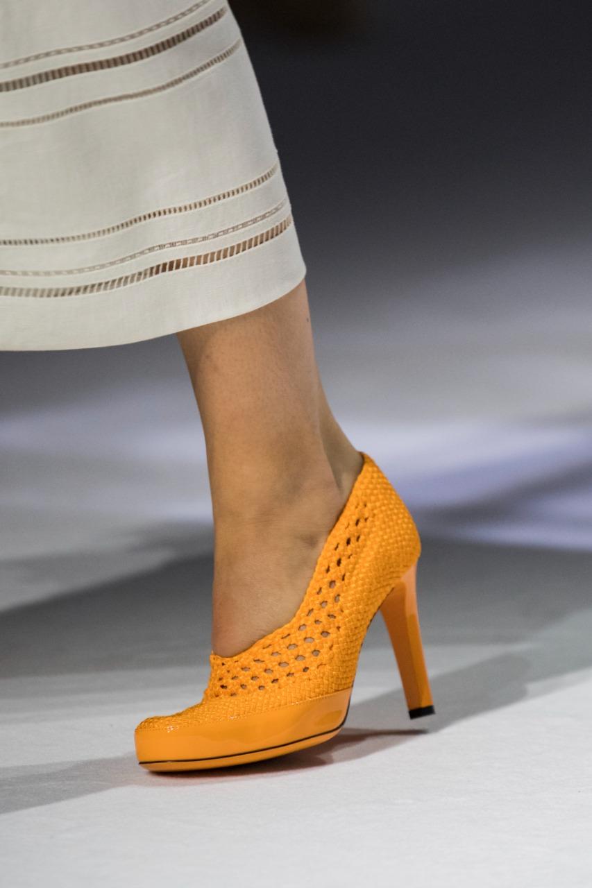 حذاء ذو كعب رفيع باللون البرتقالي، من ماركة Fendi
