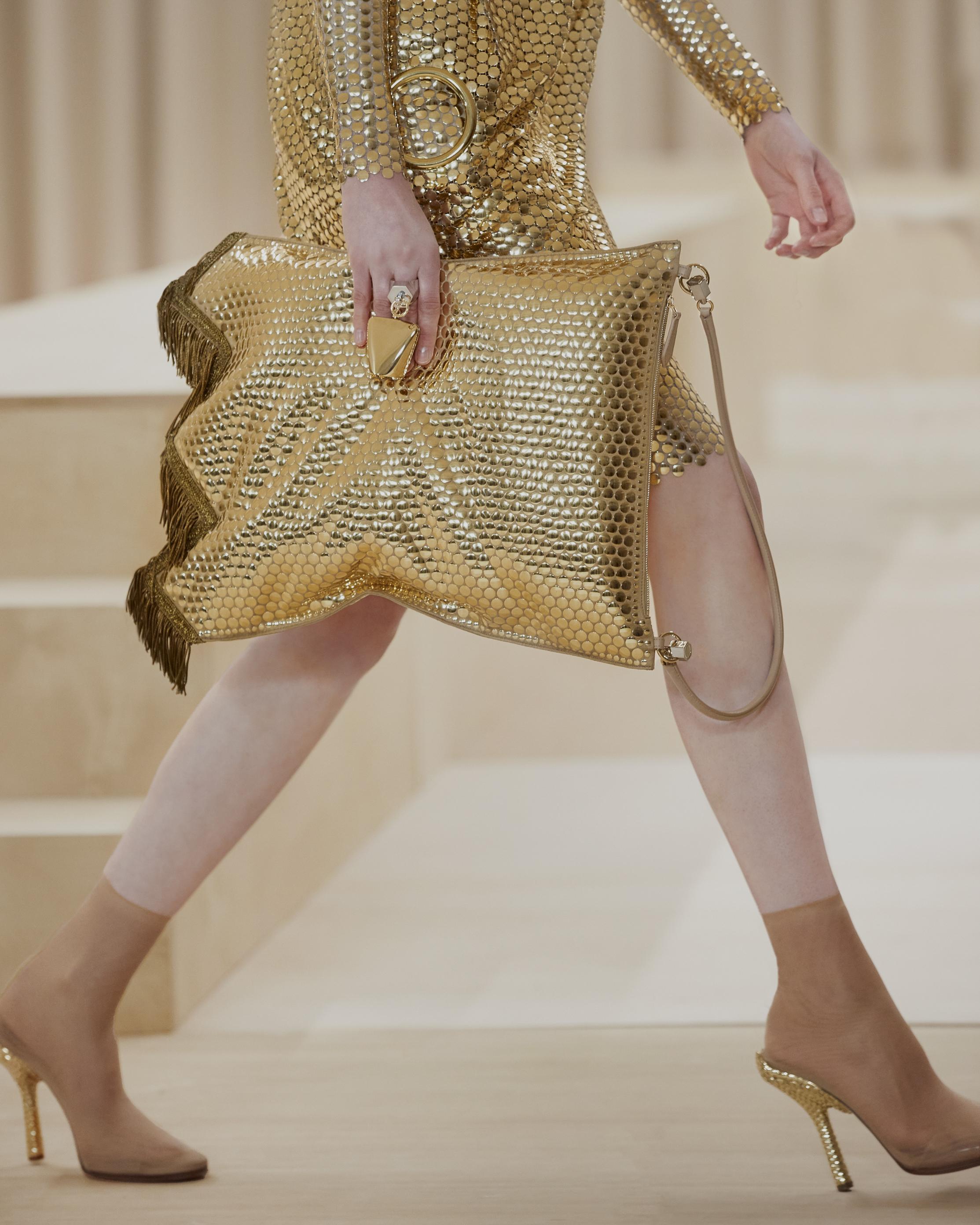 حقيبة ذهبية من ماركة Burberry
