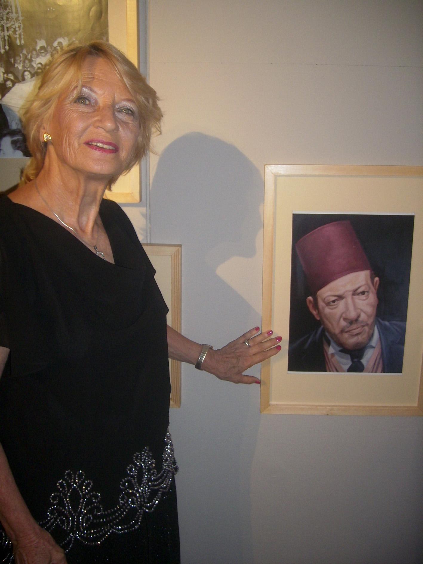 جينا الريحاني أمام صورة لوالدها