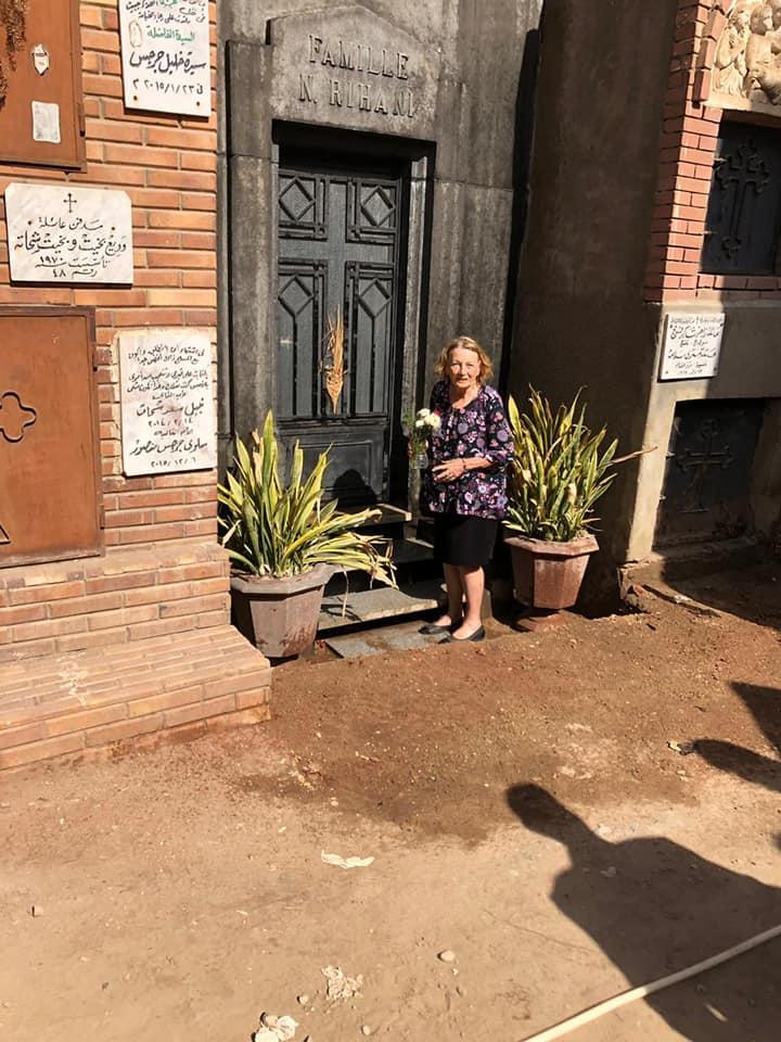 جينا تزور قبر والدها