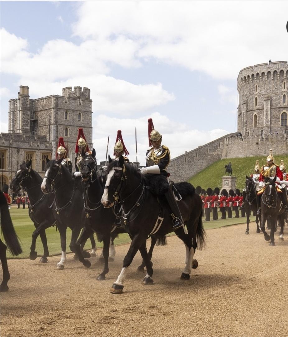 الجنود يعتلون الخيول- الصورة من حساب The royal family  على إنستغرام