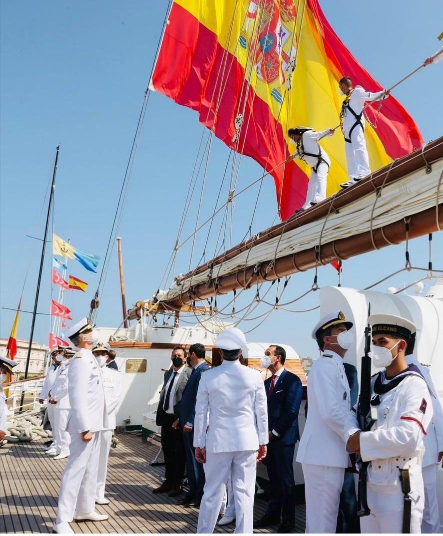 الملك فيليب أعلى السفينة إسكويلا- الصورة من حساب الملك فيليب على إنستغرام