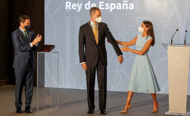 الملك فيليب يتسلم وسام الشرف من الرئيس الإقليمي الأندلسي خوانما مورينو.- الصورة من موقع New my royals