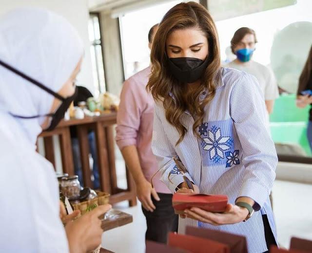 الملكة رانيا في سوق مزارعي دبين- الصورة من موقع New my royals