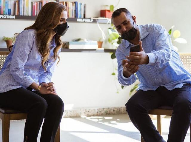 الملكة رانيا تستمع لشرح مؤسس موقع دبين- الصورة من موقع New my royals