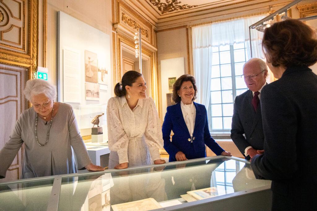 الملكة سيلفيا وولية العهد الأميرة فيكتوريا وشقيقتها الأميرة كريستينا يرافقن الملك كارل السادس عشر جوستاف فى الافتتاح- الصورة من موقع Royal central