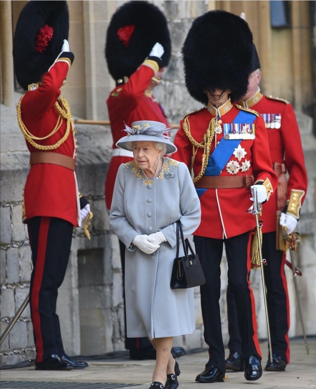 الملكة تشاهد الحراس في يوم الإحتفال- الصورة من حساب dreams link على إنستغرام