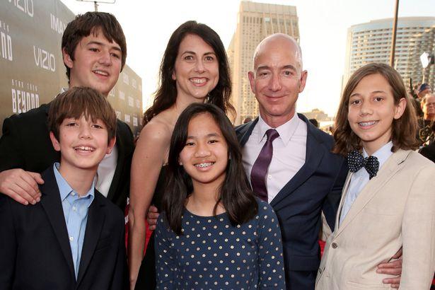 ماكنزي سكوت وجيف بيزوس مع أبنائهما قبل الطلاق- الصورة من موقع ميرور