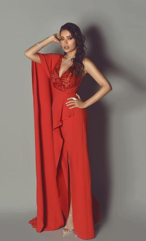 رحمة رياض ترتدي الأحمر  الصورة من حسابها على انستغرام