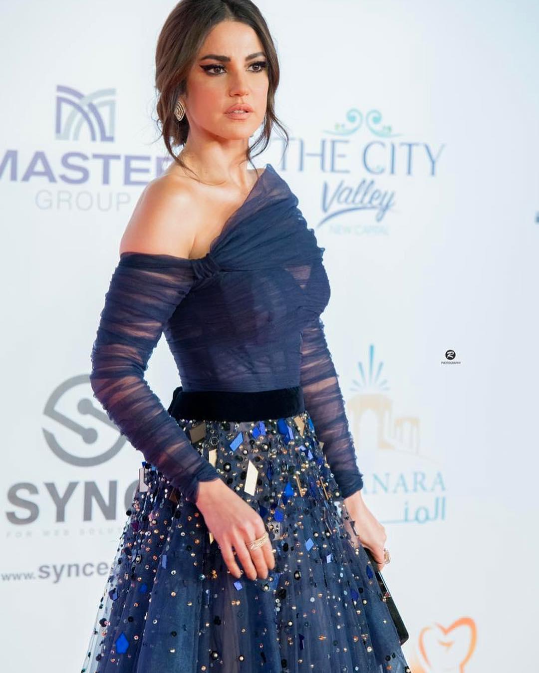 درة زروق بفستان منفوش باللون الأزرق