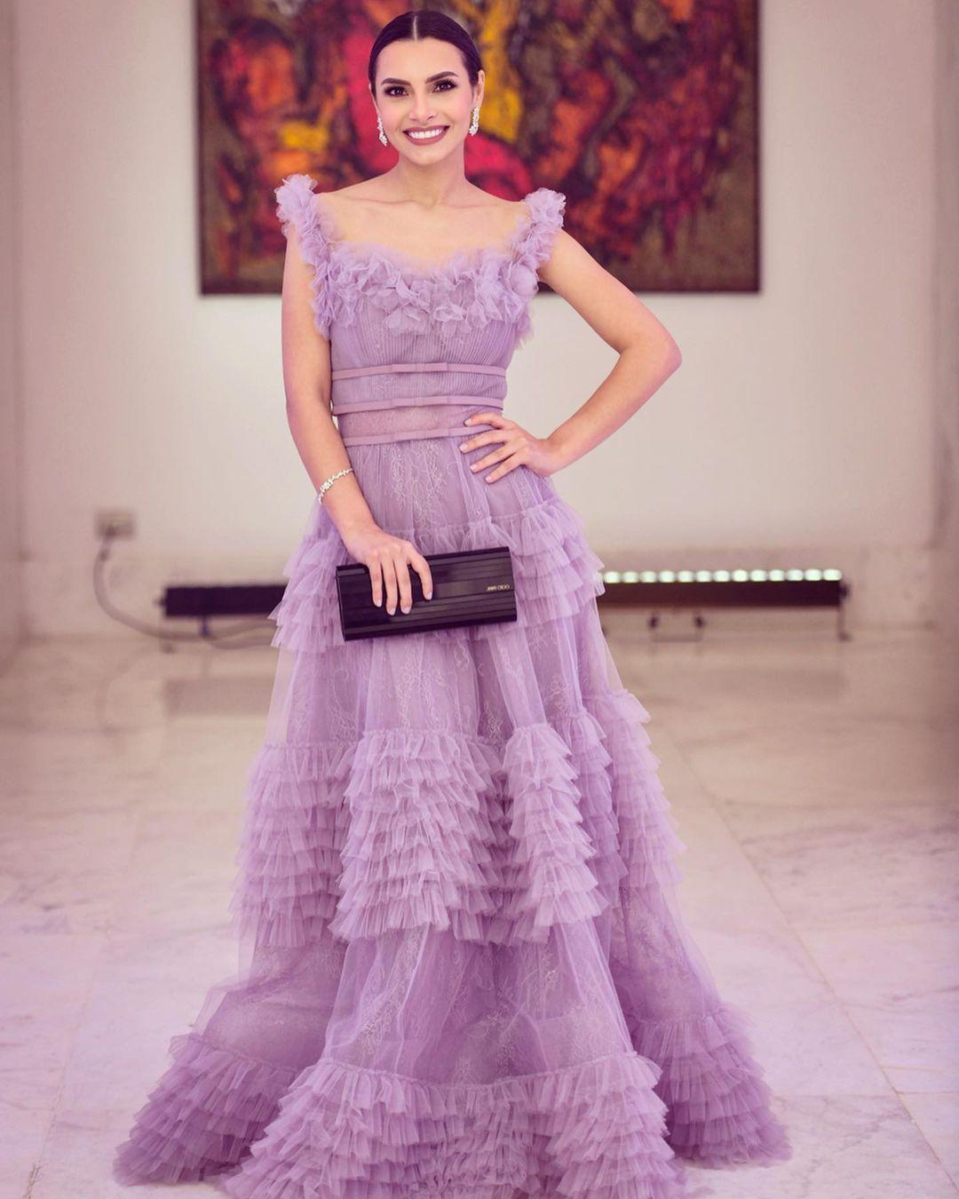 كاريمن سليمان بفستان من الكشاكش باللون الأرجواني الفاتح