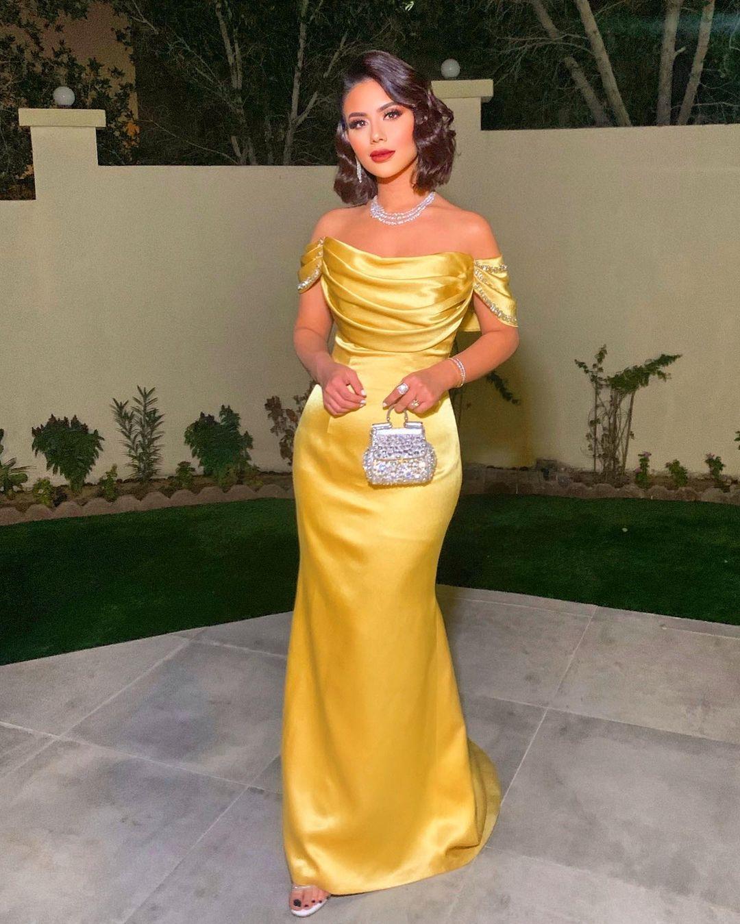 ديما الأسدي بفستان زاهٍ من الحرير باللون الأصفر