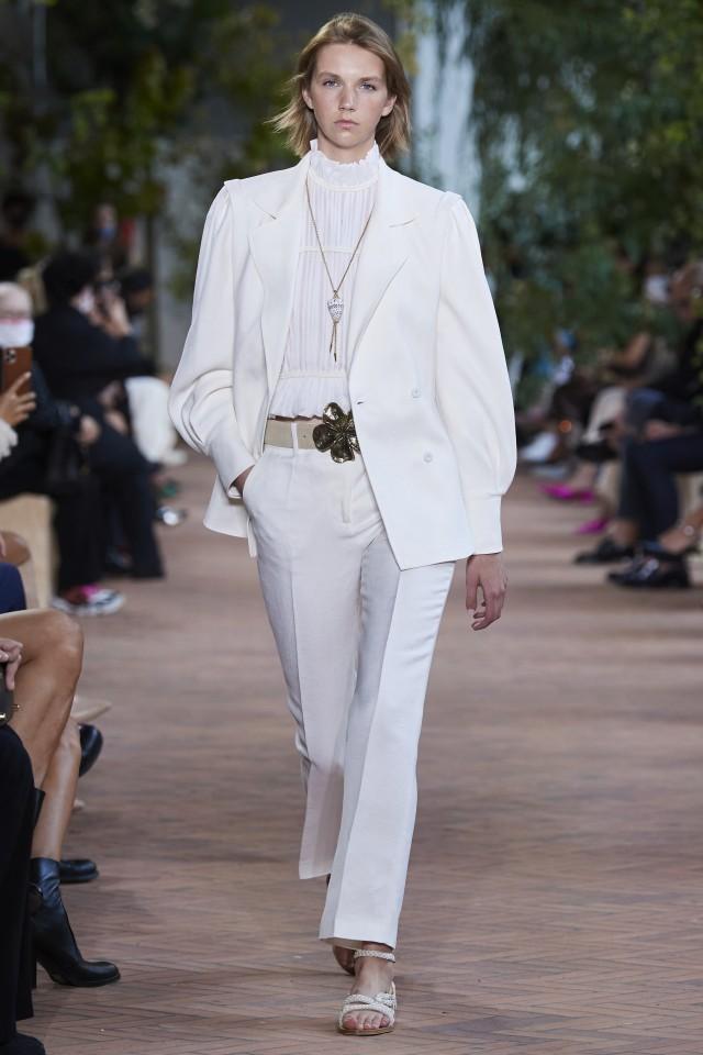 إطلالة مونوكروم باللون الأبيض من ألبرتا فيريتي Alberta Ferretti