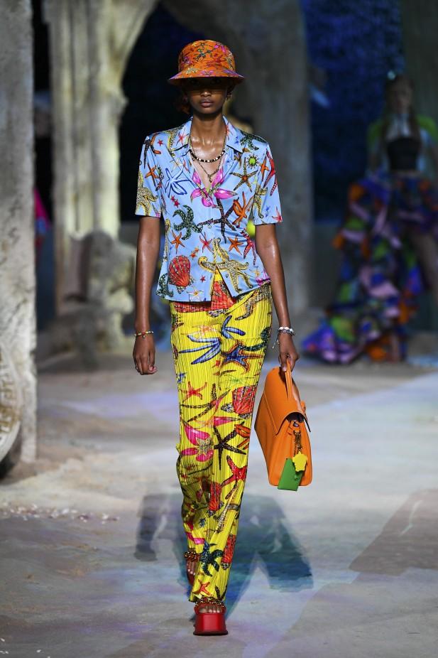 تنسيق البناطيل الملونة مع القميص من فيرساتشي Versace