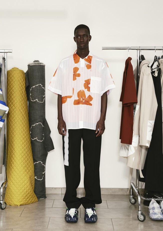 تنسيق قميص أبيض مطبع بالورود مع بنطلون أسود واسع -صورة 3