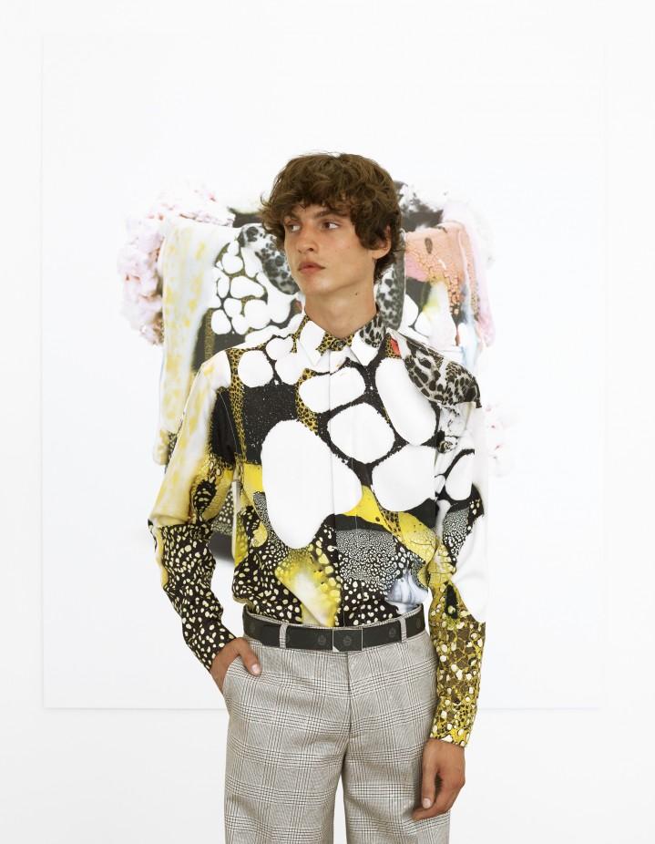 تنسيق قميص مطبع بأكمام طويلة مع بنطلون كاروه -صورة 1