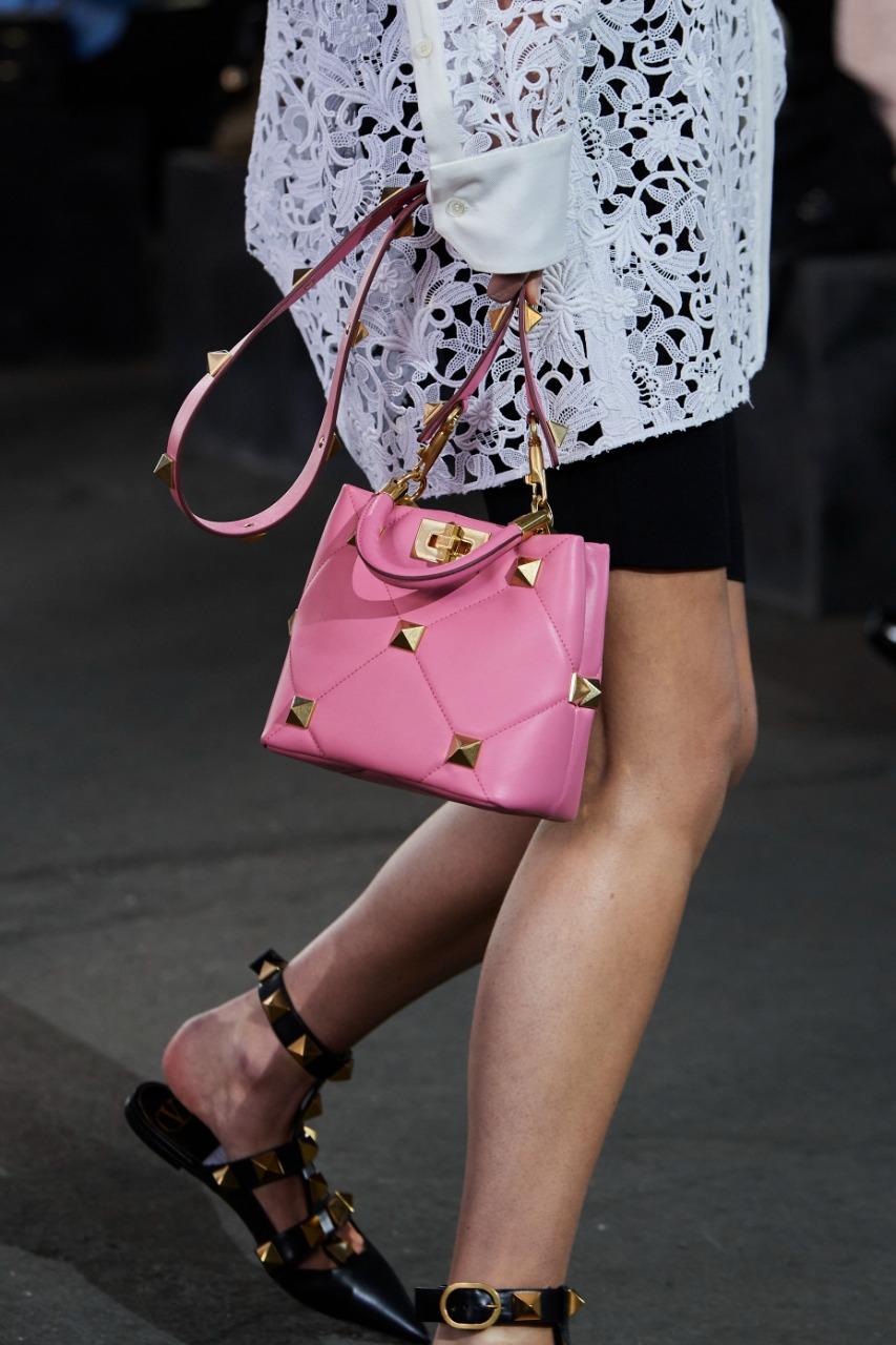 """حقيبة يد راقية باللون الزهري من ماركة فالنتينو """"Valentino"""""""