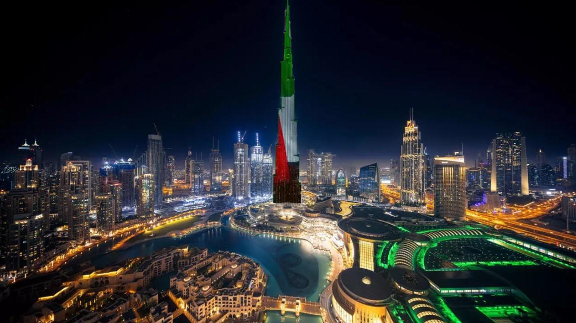 برج خليفة يتزين بالعلم الإماراتي في دبي