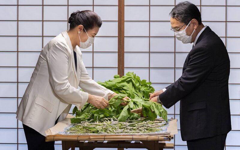 الإمبراطورة اليابانية ماساكو مع خبير تربية دودة القز- الصورة من موقع New my royals
