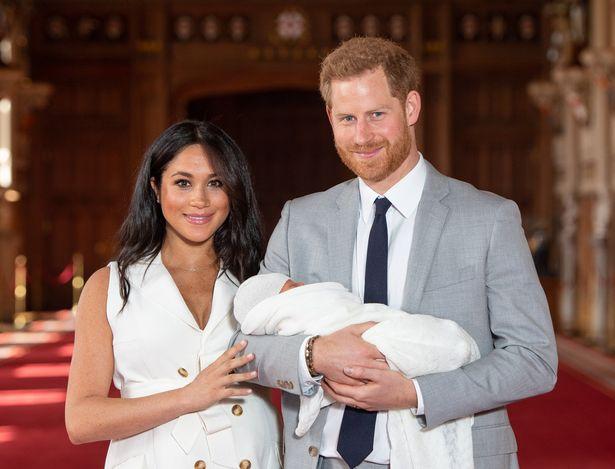 استقبال ميغان ماركل وهاري طفلهما الأول آرتشي- الصورة من موقع ميرور